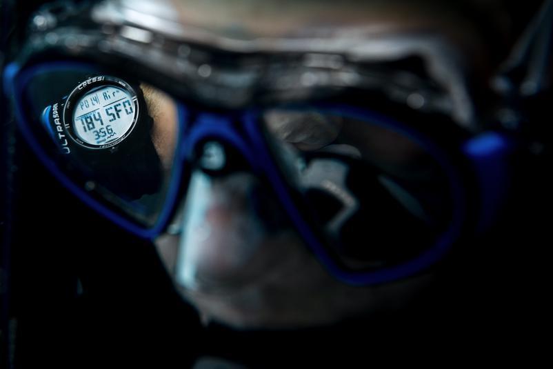 Ordenador Cressi Newton reflejado en la máscara del buzo